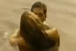 野战!比达尔娇妻林中演激情戏 大尺度堪比AV大片